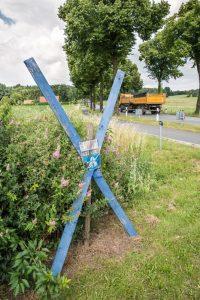 Ein blaues Holzkreuz ist das Zeichen der A33-Nord-Gegner
